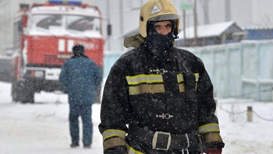 Более 70 человек тушат пожар на складе в Ростове-на-Дону